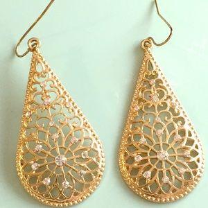 Jewelry - Women's gold color earrings